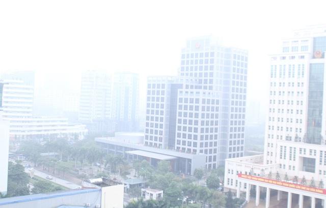 Tại khu vực đường Tôn Thất Thuyết, nhiều tòa nhà cao tầng cũng biến mất trong sương. Ảnh: Đình Việt.