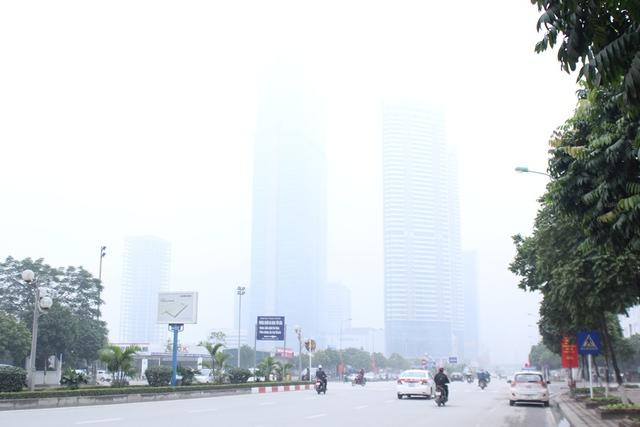 Tòa nhà Keangnam Hanoi Landmark Tower trên đường Phạm Hùng bị bao phủ bởi lớp sương mù, toàn nhà này dường như đã biến mất trong sương. Ảnh: Đình Việt.