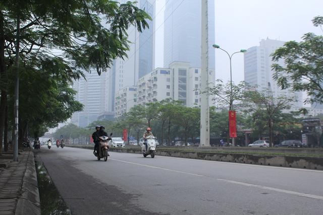 Đến 12 giờ trưa, sương mù vẫn bao phủ Hà Nội. Nhiều tòa nhà cao tầng dường như biến mất. Ảnh: Đình Việt.