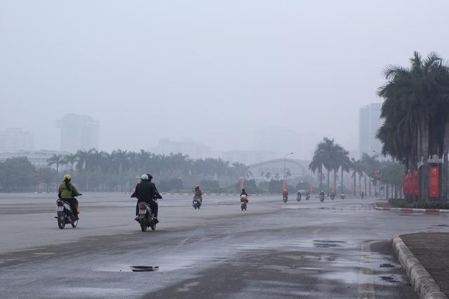 Nhiều người dân cho biết, từ lúc 7h đã không thể nhìn thấy đường đi. Ảnh: Đình Việt.
