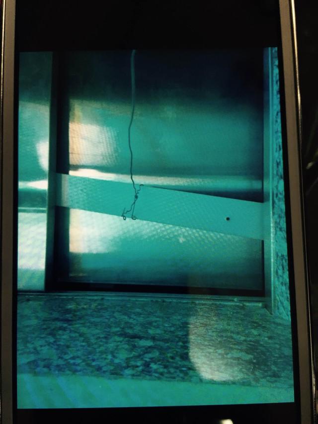 Cửa thang máy bị xô lệch vào trong. Ảnh: ML