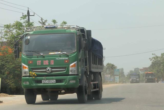 Xe tải cơi nới thùng để chở đất của Cty Trực Em tung hoành trên ĐT 611 và QL1A đoạn qua xã Hương An. Ảnh Đức Hoàng