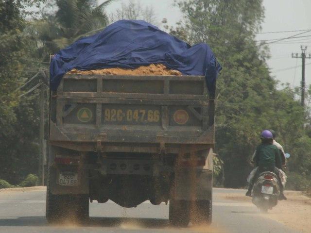 Xe tải tự cơi nới thùng xe, chở quá tải, che chắn qua loa khiến đất rơi vãi, bụi bay mù mịt...Ảnh Đức Hoàng