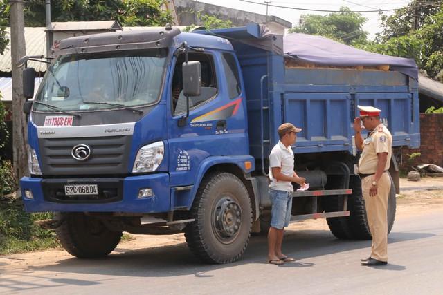 Lực lượng CSGT Công an tỉnh Quảng Nam kiểm tra xe tải chở đất của Cty Trực Em và phát hiện nhiều vi phạm...Ảnh Đức Hoàng
