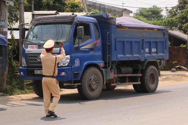 CSGT ghi hình lại để tiếp tục xử lý xe tải vi phạm. Ảnh Đức Hoàng