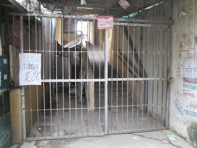 Cửa dẫn vào cầu thang 1, nơi buộc dân phải di dời khóa im lìm, gây khó khăn cho lực lượng quản lý kiểm tra. Ảnh: Ngọc Thi