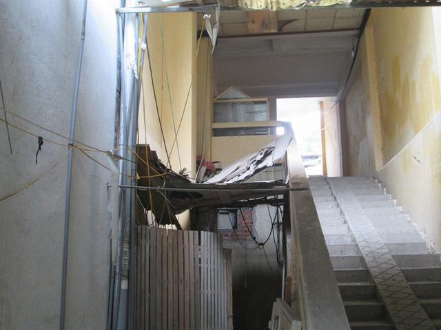 Căn nhà xập xê, xuống cấp nghiêm trọng. Ảnh: Ngọc Thi