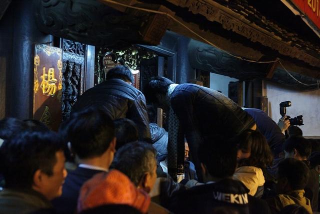 Cảnh lộn xộn bên trong đền khi cảnh cổng đền được mở. Nhiều người sẵn sàng nhảy qua rào để cố chen được vào bên trong đền.