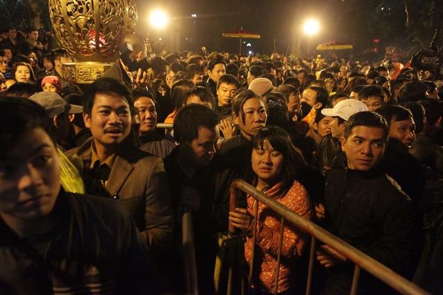 12 giờ đêm ngày 14 tháng giêng năm Bính Thân, Lễ hội khai ấn Đền Trần năm 2016 chính thức bắt đầu. Cảnh chen lấn, xô đẩy bắt đầu diễn ra.