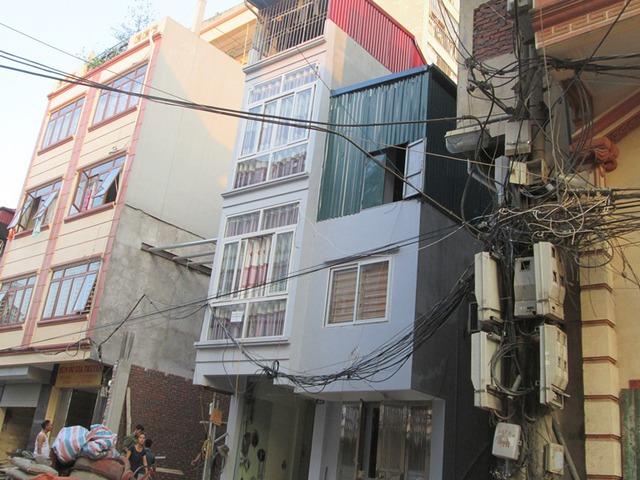 Nhiều người dân cho biết ngôi nhà ở giữa mặt tiền chưa đến 2m. Ảnh: Ngọc Thi