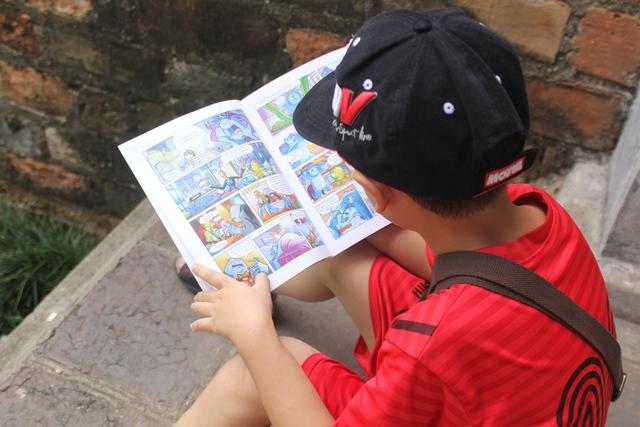 Sau khi tìm được cuốn truyện ưng ý, một em nhỏ chọn cho mình một góc yên tĩnh để đọc.