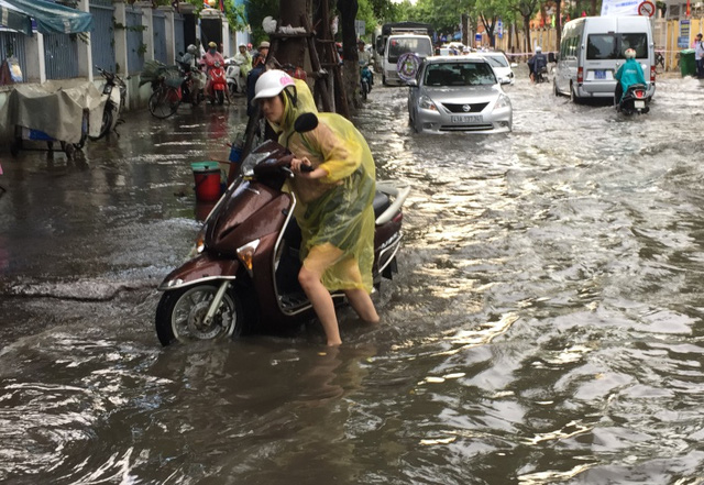 Tuyến đường Quang Trung ngập nặng sau cơn mưa khoảng 30 phút chiều 11/7. Ảnh: Đức Hoàng