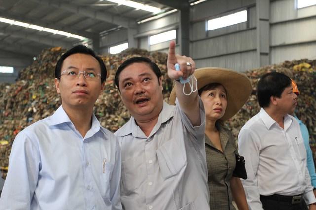 Bí thư Thành ủy Đà Nẵng Nguyễn Xuân Anh (bên trái) kiểm tra quy trình xử lý rác thải của một công ty khu vực bãi rác Khánh Sơn. Ảnh: Đức Hoàng