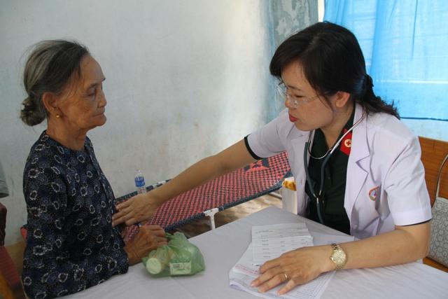 Các y bác sĩ đang khám bệnh cho người cao tuổi tại xã Quế Phong, huyện Quế Sơn. Ảnh: Đức Hoàng