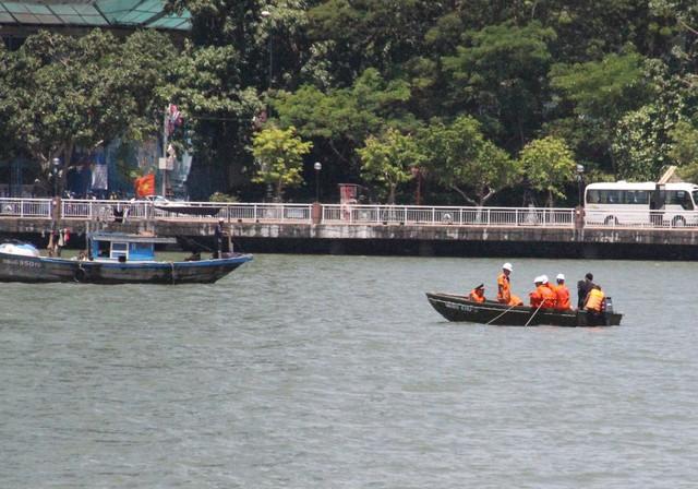 Lực lượng chức năng tìm kiếm 3 người mất tích còn lại trên sông Hàn. Ảnh Đức Hoàng