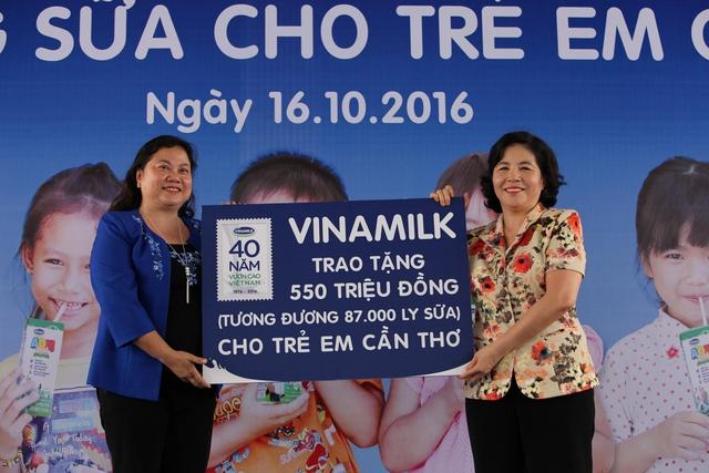 Bà Mai Kiều Liên – Tổng Giám Đốc Vinamilk trao tặng bảng tượng trưng 550 triệu tương đương 87.000 ly sữa của Quỹ Sữa Vươn Cao Việt Nam cho học sinh nghèo TP.Cần Thơ