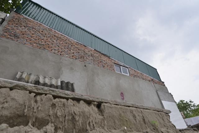 Sau khi nhà bị sụt, bà Bình cùng gia đình thuê một căn nhà cùng ngõ để ở tạm. Tuy nhiên, ngay cả căn nhà này cũng đang bị nghiêng về phía sông Hồng.