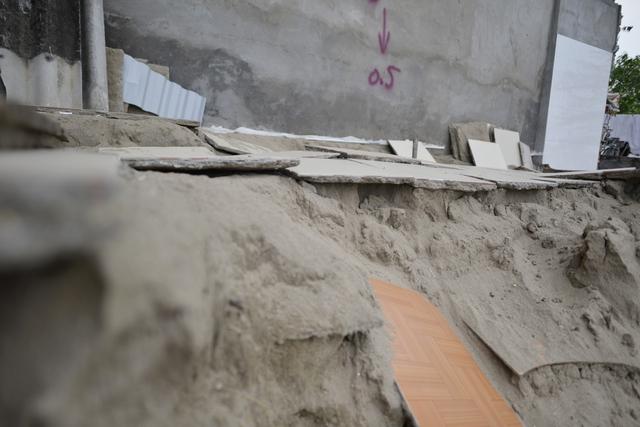 Để bảo đảm an toàn, mùa mưa nào phường Bạch Đằng cũng cử cán bộ, cùng tổ dân phố đến vận động mọi người di chuyển, nhưng đó cũng chỉ là giải pháp tạm thời.