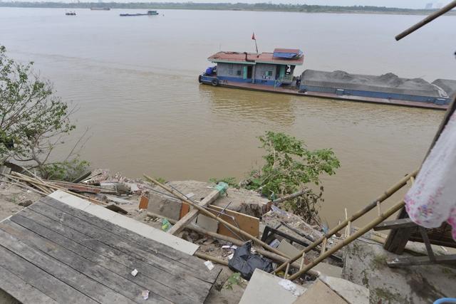 Tại ngõ 975 đường Bạch Đằng (phường Bạch Đằng, quận Hai Bà Trưng), khoảng 13 hộ dân với gần 50 nhân khẩu vẫn chưa khỏi bàng hoàng vì vụ sụt nhà mới đây.