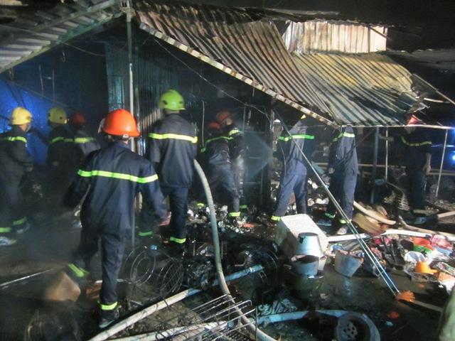 Lực lượng chữa chạy ra sức dập lửa.