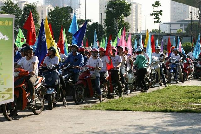 Lễ diễu hành cổ động thu hút khoảng 400 người là cán bộ dân số - y tế và đoàn viên thanh niên trên địa bàn. Ảnh: Chí Cường