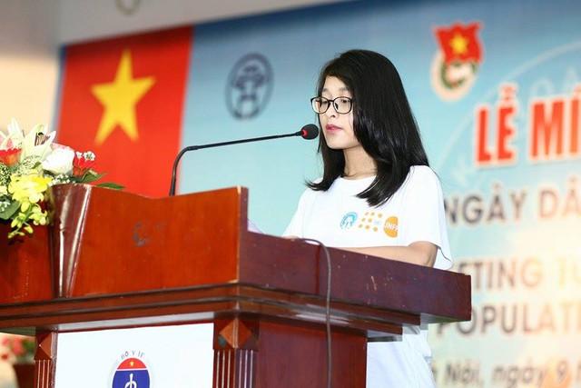 Đặng Hoàng Phương Anh, nữ sinh lớp 12A5, Trường THPT Cầu Giấy (Hà Nội) chia sẻ tại buổi lễ. Ảnh: Chí Cường