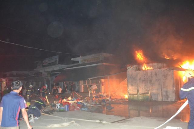 Ngọn lửa bùng cháy dữ dội và nhanh chóng lan ra các gian hàng trong chợ.