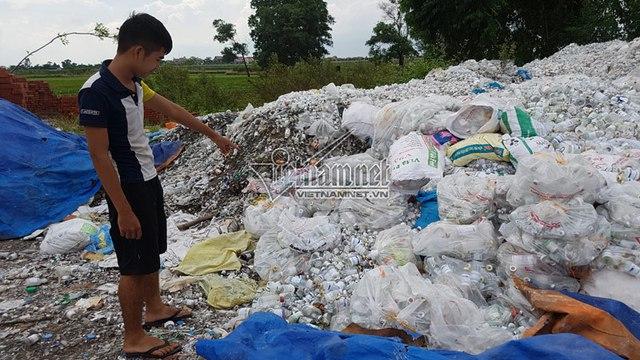 Hình ảnh núi rác thải y tế ở xã Văn Môn, Yên Phong, Bắc Ninh. Ảnh: Vietnamnet