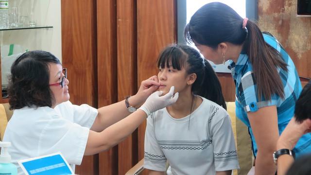 Kiểm tra, sàng lọc một trường hợp bị dị tật răng hàm mặt tại BV Hồng Ngọc, sáng 13/10.