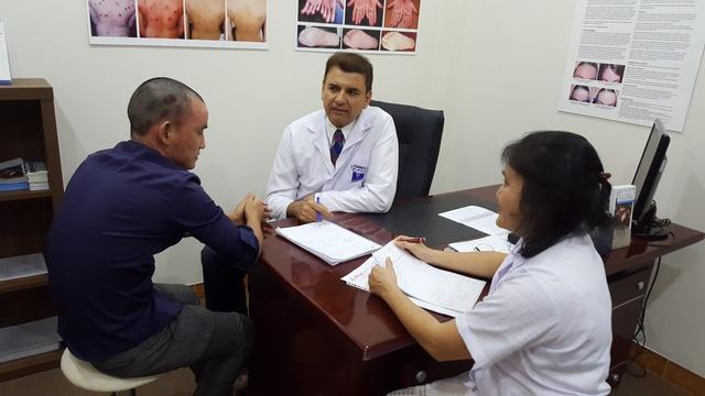 Giáo sư, tiến sĩ, bác sĩ Michael Tirant tư vấn miễn phí cho bệnh nhân vảy nến.