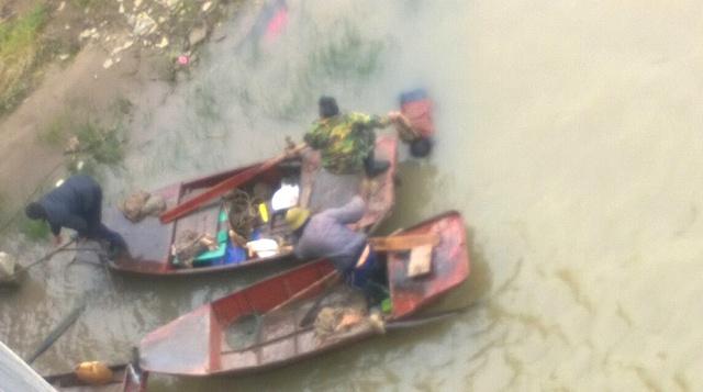 Đến khoảng 10h trưa ngày 26/2, lực lượng tìm kiếm đã tìm thấy thi thể nạn nhân nhảy cầu. Ảnh: Đ.Tuỳ