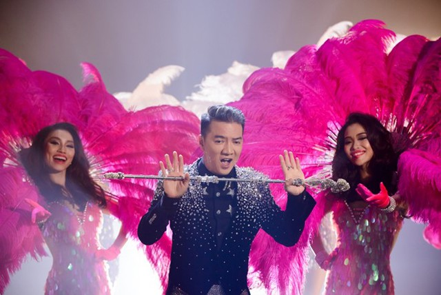Teaser thể hiện sự lộng lẫy và diêm dúa của live show.