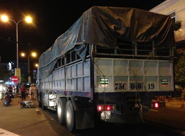 Hiện trường vụ tai nạn xe tải tông xe máy khiến một người chết tại chỗ, một người bị thương nặng. Ảnh: Đ.H
