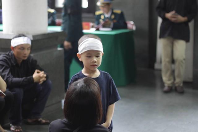 Con trai 4 tuổi của liệt sĩ, Thiếu tá Nguyễn Ngọc Chu, phi công dẫn đường Lữ đoàn 918.