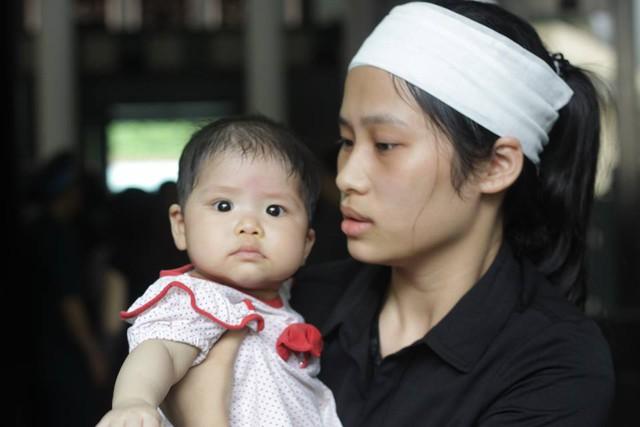 Cháu Chi Anh (7 tháng tuổi), con gái thứ hai của liệt sĩ Nguyễn Bá Thế, Trung úy nhân viên tuần thám trên không Lữ đoàn 918 (xã Quỳnh Thọ, Quỳnh Phụ, Thái Bình).
