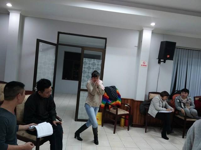 Ngoài chuyện ngủ vùi đợi vai, Vân Dung còn bày trò trêu chọc để mọi người cùng vui.