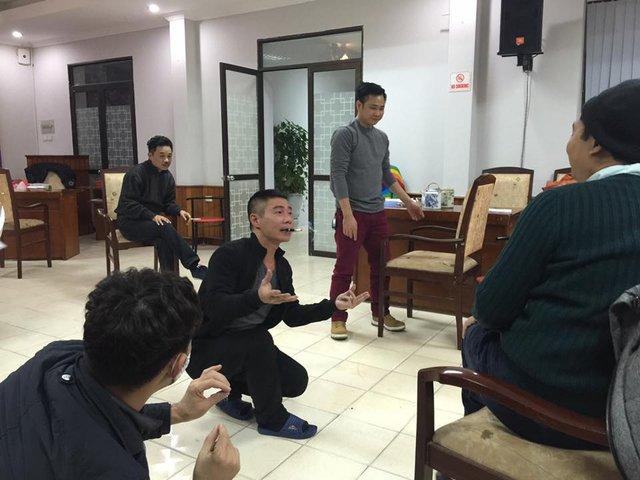 Công Lý đang chăm chú vào vai diễn khi được đạo diễn Đỗ Thanh Hải nhắc nhở.