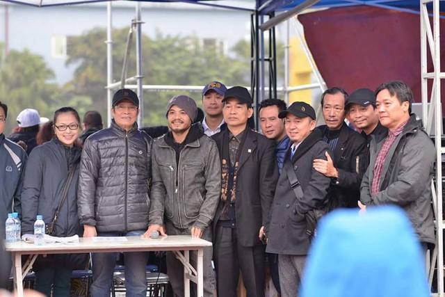 Ca sĩ Trần Lập chụp ảnh kỷ niệm cùng bạn bè.