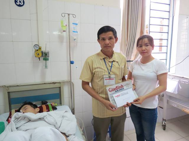 PV Phương Thuận đại diện chuyên mục Vòng tay nhân ái trao tiền bạn đọc hảo tâm ủng hộ qua Báo cho gia đình em Thiện. Ảnh Tất Thắng