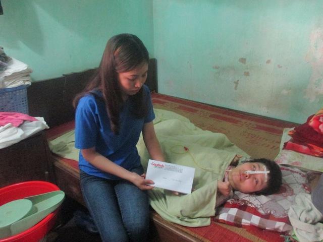 PV Báo Gia đình và Xã hội trao tiền bạn đọc ủng hộ cho cô giáo Lưu Thị Nguyệt