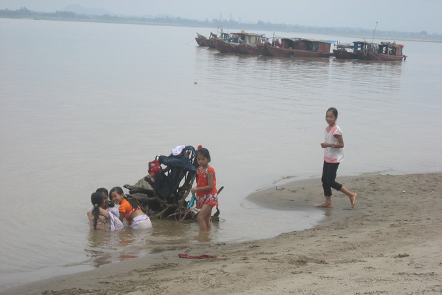 Trẻ em làng chài Tân Tiến, Cổ Đô hồn nhiên tăm sông. Ảnh: H.Phương