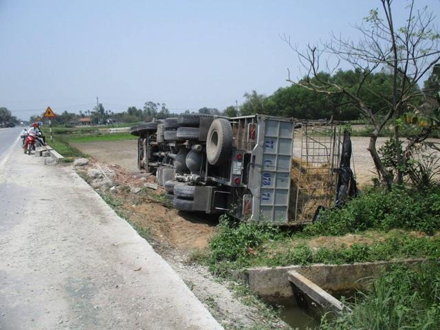 Trước khi lao xuống ruộng, xe tải chở dưa cày nát hơn 20m lan can bằng bê tông.