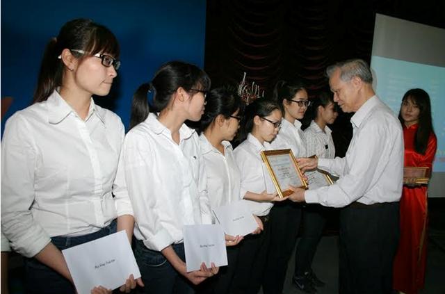 GS.TS Phạm Thanh Kỳ, Nguyên Hiệu trưởng Đại học Dược Hà Nội trao học bổng cho sinh viên.