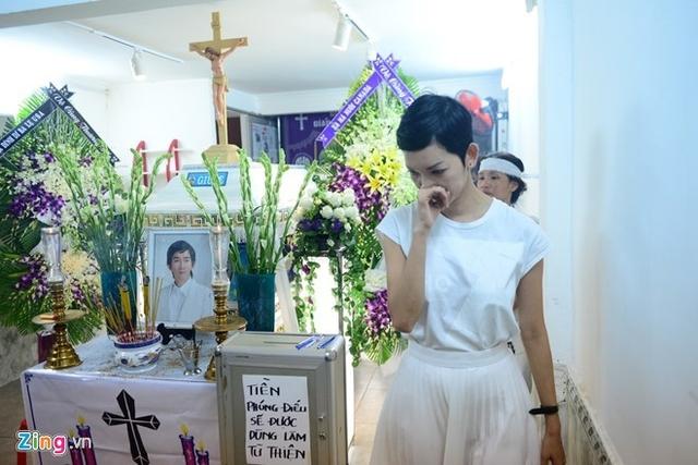 Thông tin tiền phúng điếu dùng làm từ thiện được gia đình Minh Thuận dán ở mặt trước.