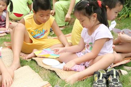 Trường mầm non mua rơm và trâu cho trẻ chơi hè 6