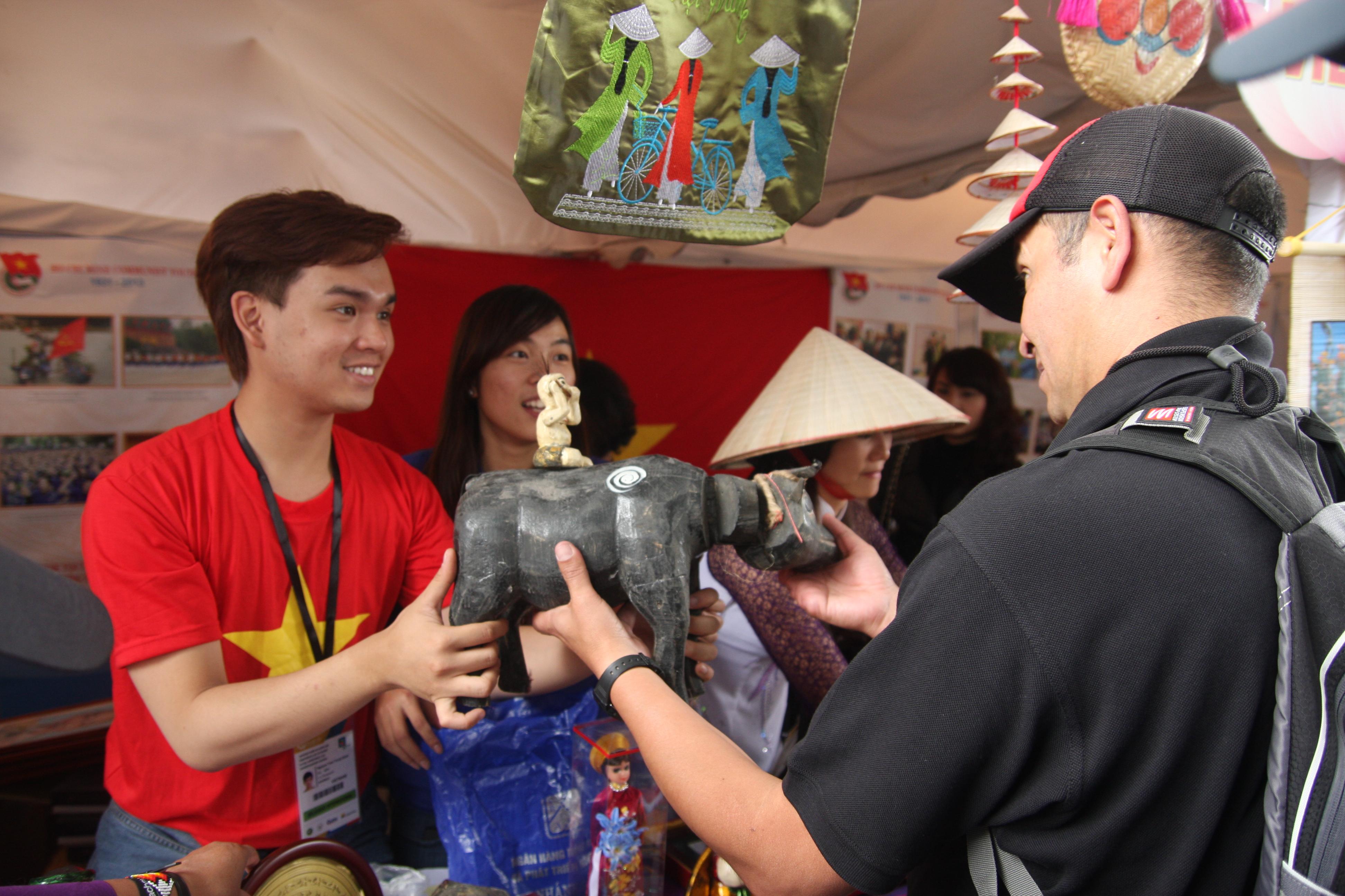 """Trung Quân bán hàng """"mát tay"""" ở Liên hoan Thanh niên - Sinh viên thế giới 2013 5"""