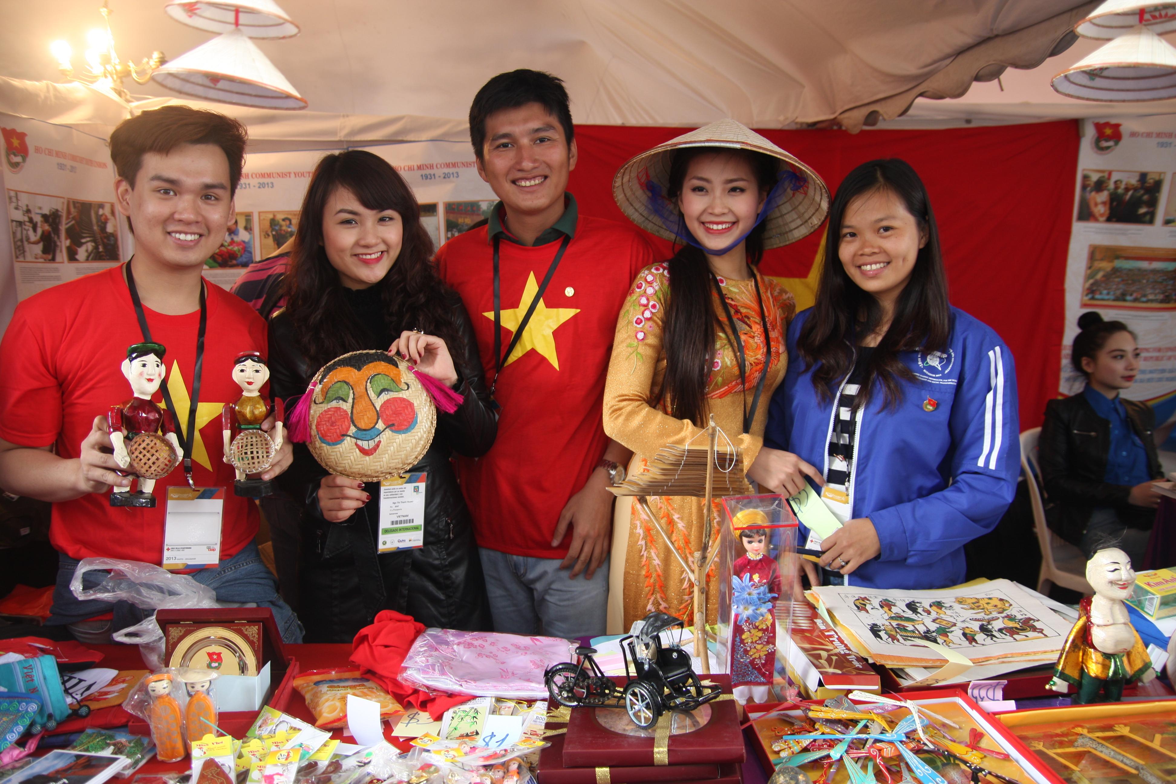 """Trung Quân bán hàng """"mát tay"""" ở Liên hoan Thanh niên - Sinh viên thế giới 2013 7"""