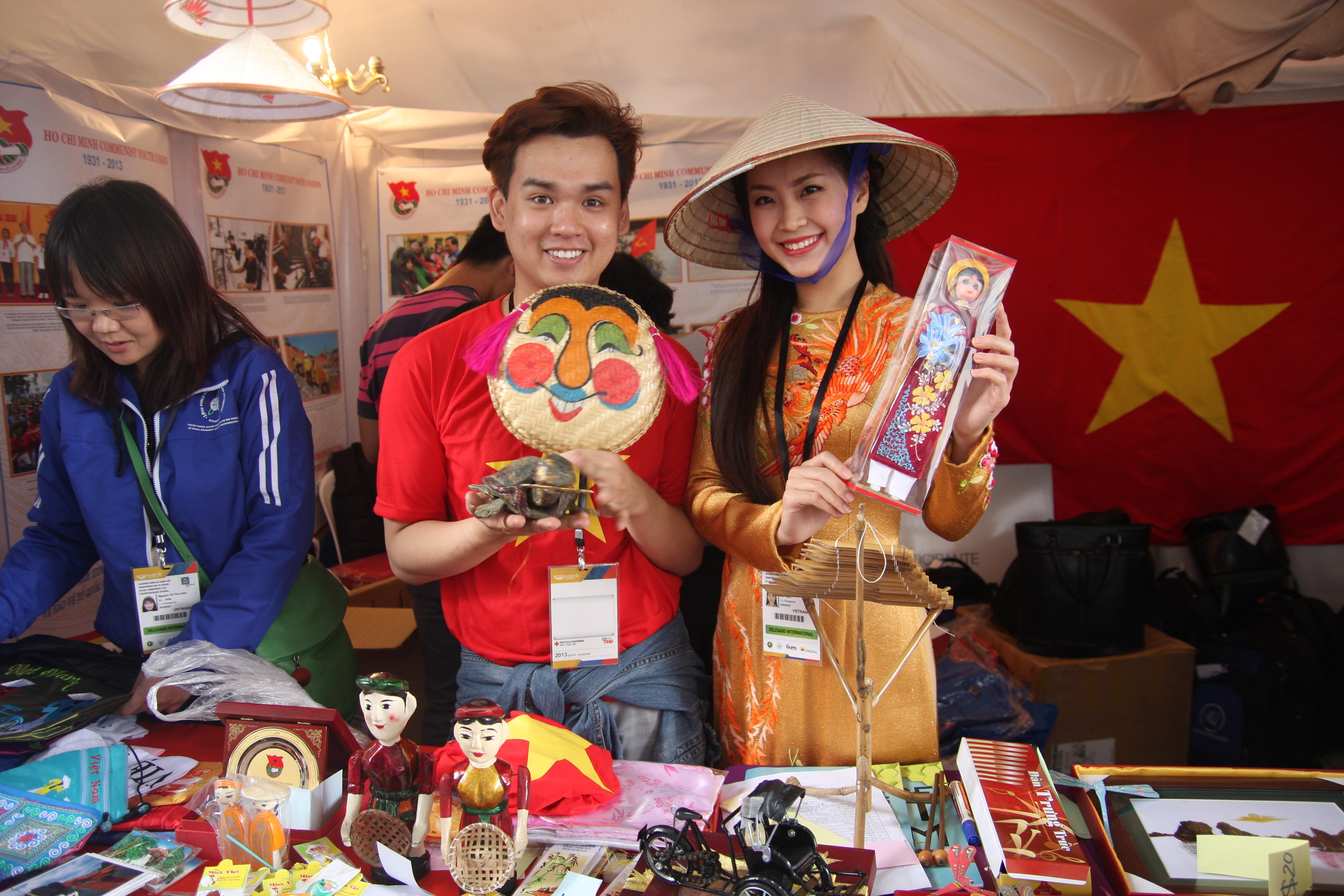 """Trung Quân bán hàng """"mát tay"""" ở Liên hoan Thanh niên - Sinh viên thế giới 2013 8"""