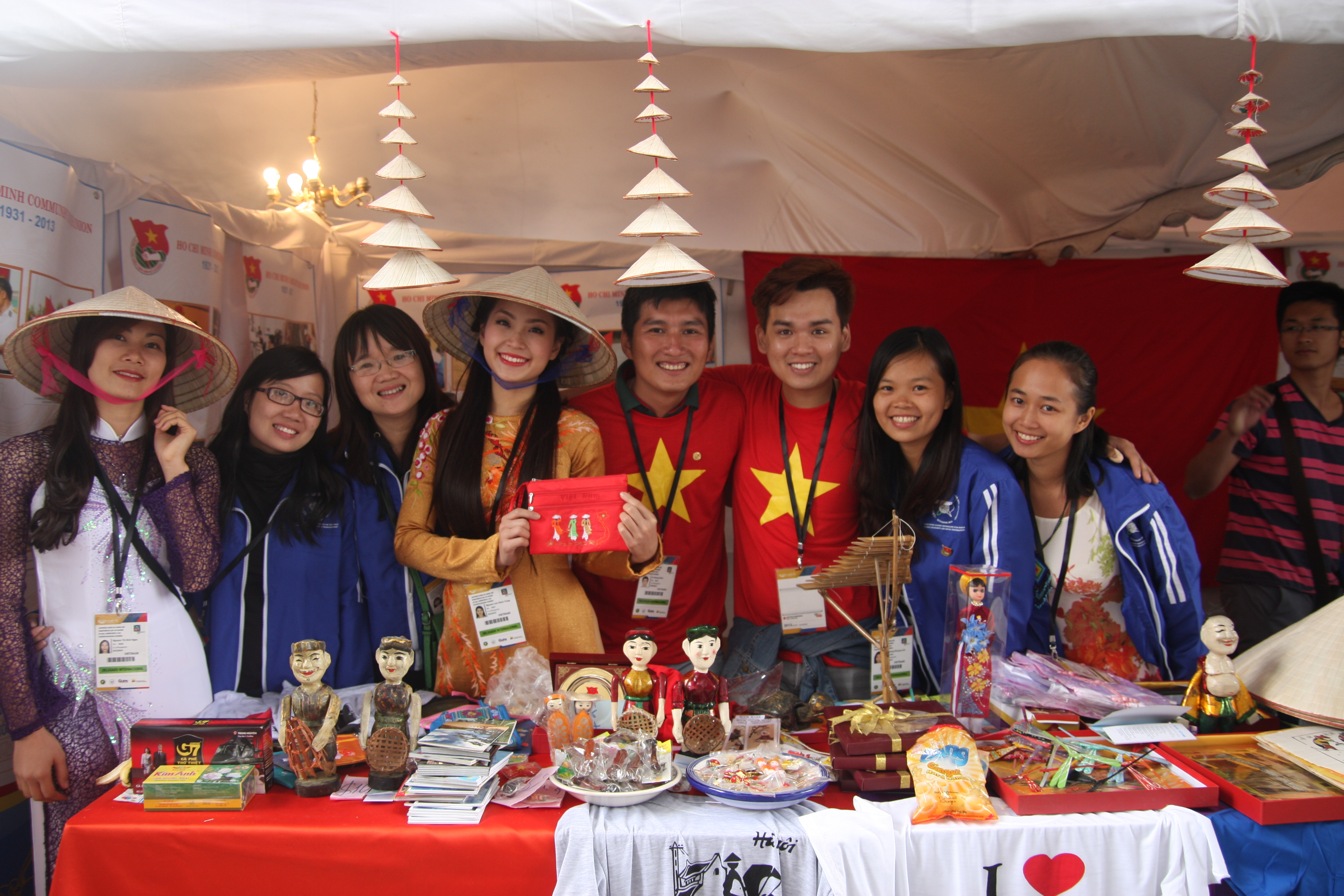 """Trung Quân bán hàng """"mát tay"""" ở Liên hoan Thanh niên - Sinh viên thế giới 2013 9"""