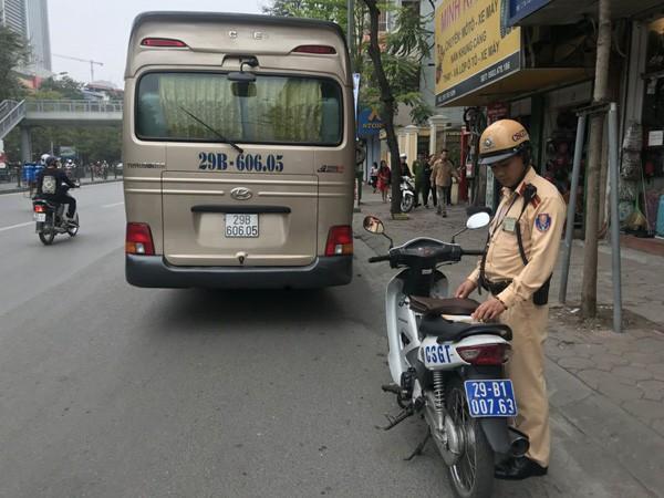 Hà Nội: Xe chở 9 người nước ngoài mắc kẹt trên cầu vượt